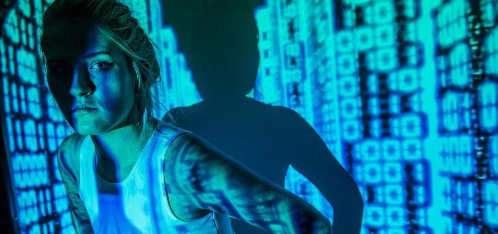 Žena, binární kód, ilustrační foto