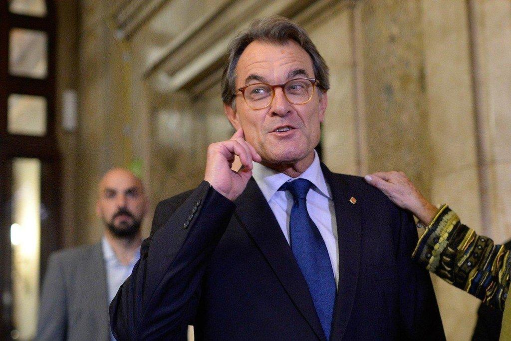 """Artur Mas – Puigdemontův předchůdce ve funkci katalánského premiéra a dlouholetý zastánce nezávislosti byl po referendu překvapivě zdrženlivý. Katalánsko podle něj dosud není na skutečnou nezávislost připraveno. """"Zatím existují věci, které bychom k nezávislosti potřebovali a nemáme je,"""" řekl. Měl na mysli například plnou kontrolu nad svým územím, přerozdělování daní nebo vlastní nezávislý soudní systém."""