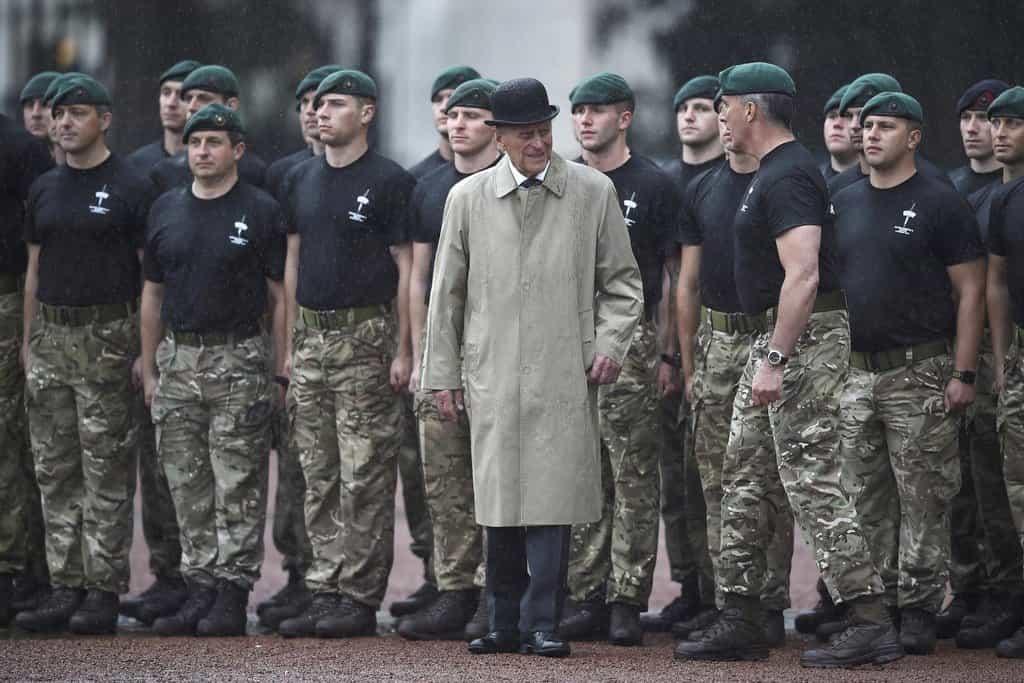 Princ Philip v doprovodu příslušníků námořní pěchoty