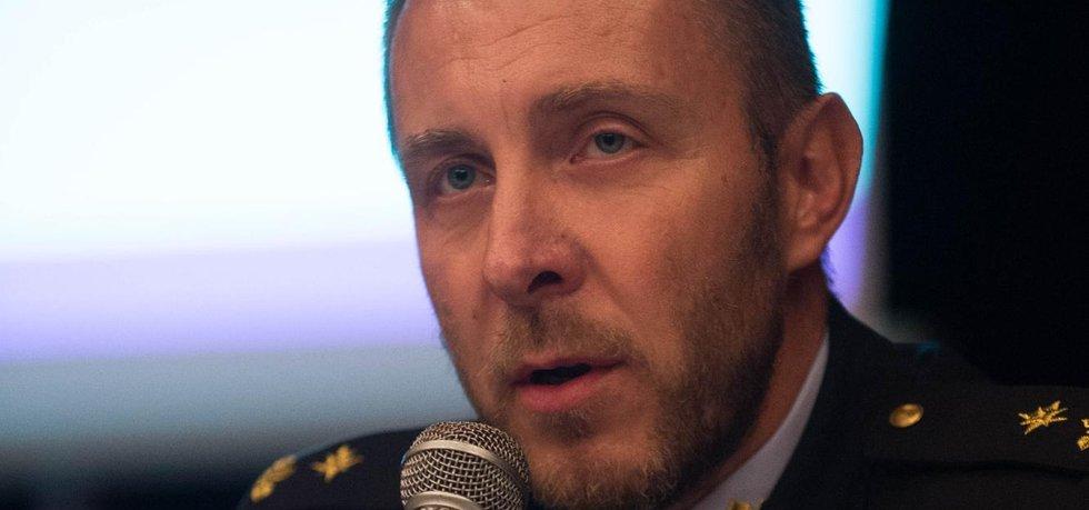 Generální ředitel Vězeňské služby Petr Dohnal při setkání s občany 25. září v Králíkách. Ministerstvo spravedlnosti a vězeňská služba tam plánují zřídit věznici pro ženy z areálu bývalého Dětského výchovného ústavu.