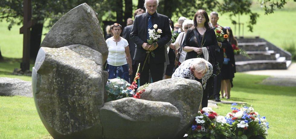 Hudebník a bývalý politik Michael Kocáb u památníku romského holokaustu v Letech u Písku (Zdroj: ČTK)