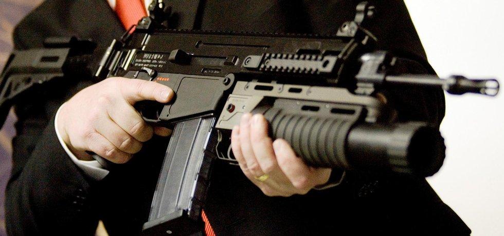 Útočná puška CZ 805 s podvěšeným granátometem v rukou manažera České zbrojovky.