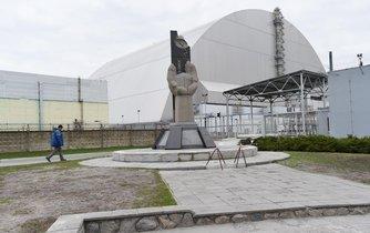 Černobylský reaktor zahalil nový obří sarkofág