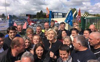 Marine Le Penová před druhým kolem prezidentských voleb navštívila továrnu Whirlpool v Ameins.