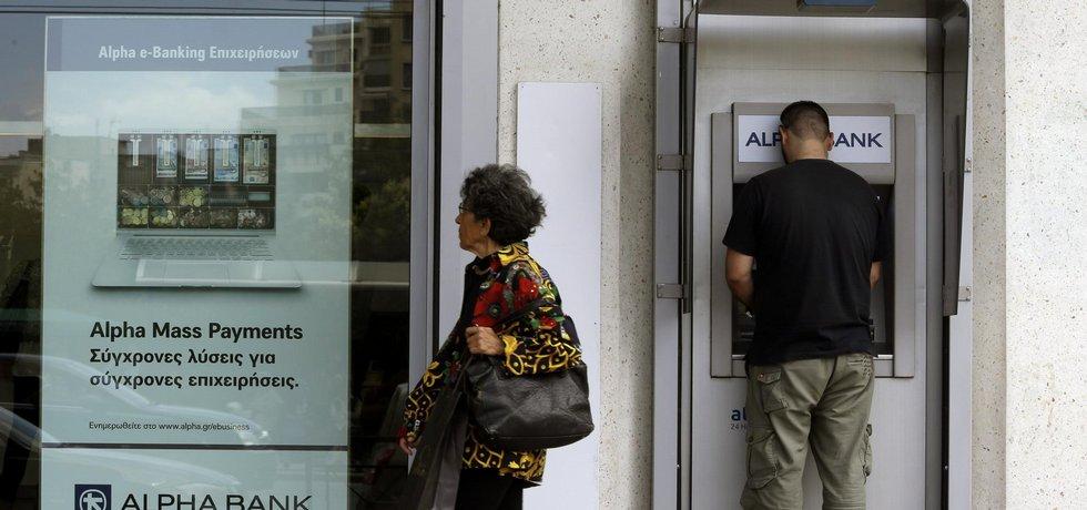 Řekové vybírají peníze z bank