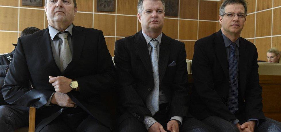 Zleva Jan Hudeček z Železáren Veselí a majitelé solárních elektráren v Chomutově Zdeněk Zemek a Alexandr Zemek čekají u brněnského krajského soudu na rozsudek v případu nezákonného vydání licencí.
