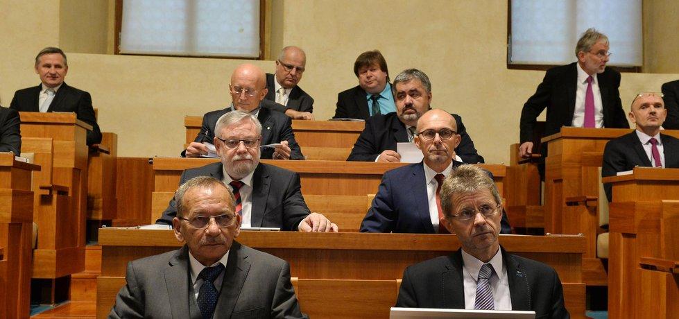 Senátoři zahájili 16. listopadu v Praze ustavující schůzí Senátu nové funkční období. Na snímku jsou zleva dole Jaroslav Kubera, Miloš Vystrčil, zleva v druhé řadě Jiří Oberfalzer, Petr Holeček, druhý zleva v třetí řadě Ivo Valenta