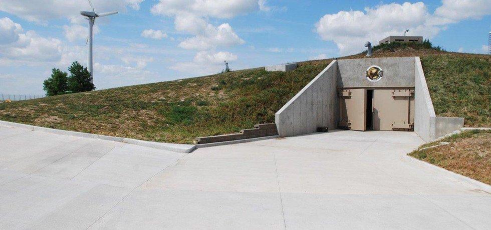 Survival Condo (Kansas) Pro projekt bytového komplexu pro přeživší využili tvůrci bývalé raketové silo poblíž města Concordia v Kansasu. Patnáct podzemních pater bylo navrženo tak, aby obyvatelé přežili jakýkoliv druh apokalypsy, od přírodních katastrof, po teroristický útok či jadernou válku. Zdi sila jsou vyrobeny z téměř tři metry silného betonu vyztuženého epoxidem a měly by přežít přímý jaderný zásah. Kupole na povrchu odolá větru až o rychlosti 800 km/h.