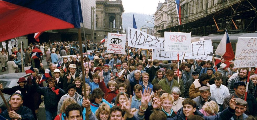 """Stávka. Lidé v Praze během dvouhodinové celostátní generální stávky 27. 11. 1989 žádali """"konec vlády jedné strany"""""""