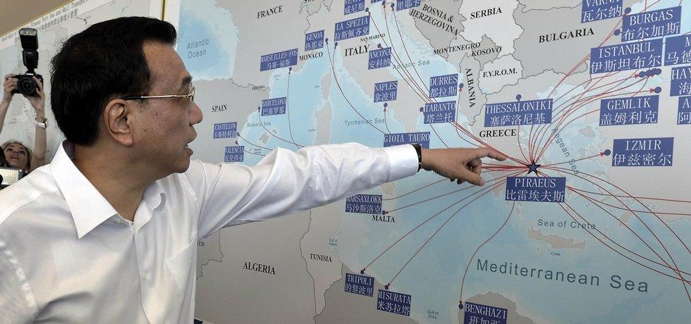 Čínský premiér Li Kche-čchiang ukazuje na mapě řecký přístav Pireus, který je v čínských rukou