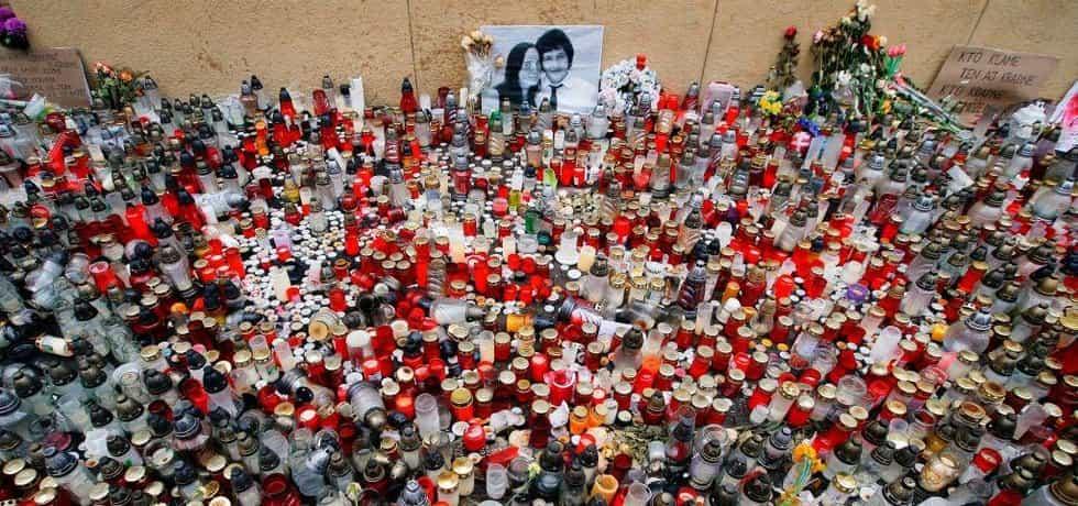 Snímek z března 2018 zachycuje smuteční místo se svíčkami na památku zavražděného novináře Jana Kuciaka a jeho snoubenky Martiny Kušnírové