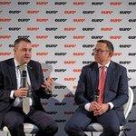 Partner KPMG Mojmír Hampl (vlevo) v diskusi s radním ČNB Tomášem Holubem