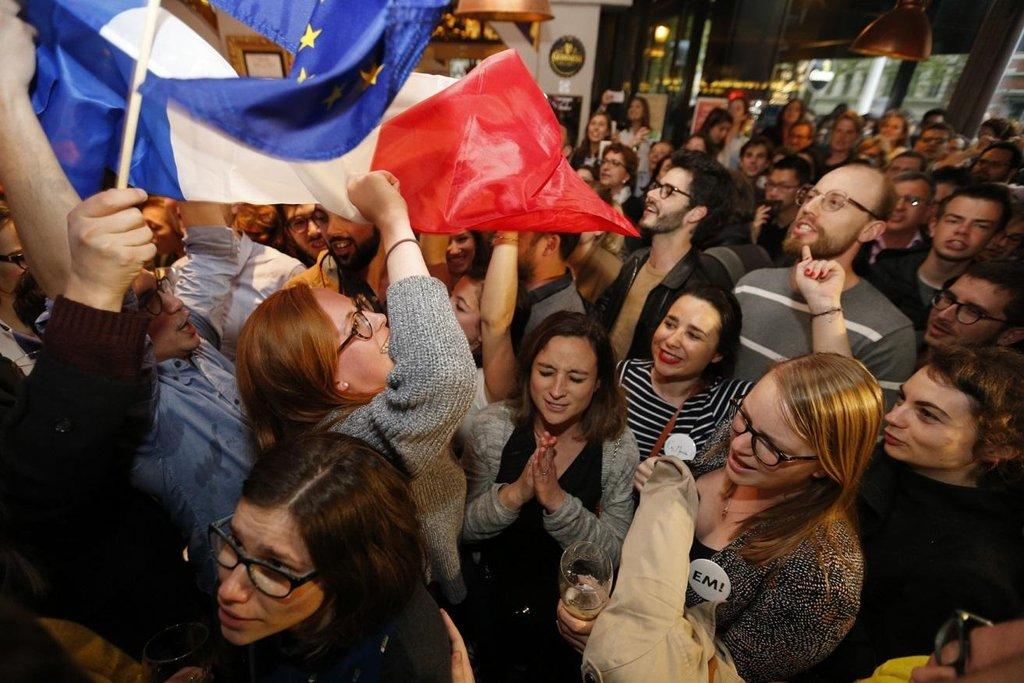 Příznivci Emmanuela Macrona slaví jeho vítězství v prezidentských volbách