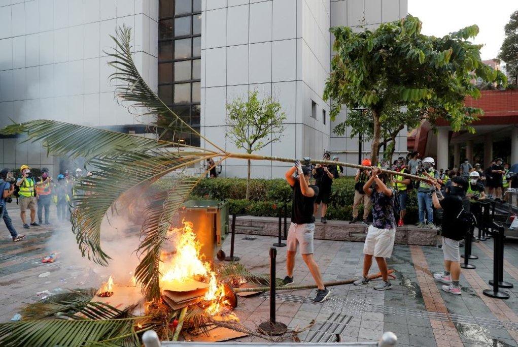 Obyvatelé Hongkongu přikládají pod kotel