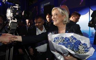 Marine Le Penová přijmá gratulace k postupu do druhého kola prezidentských voleb. Je první ženou ve Francii, které se to povedlo.