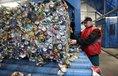Recyklace hliníkových plechovek. Ilustrační foto.