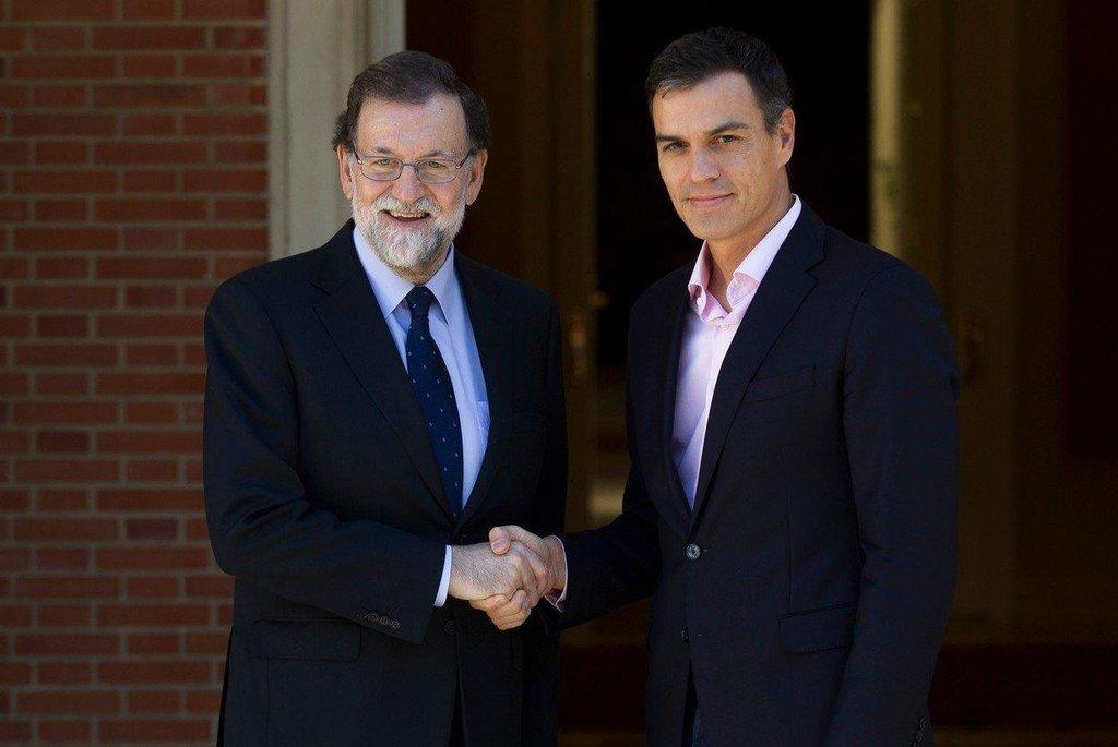 Pedro Sánchez – Předseda španělských opozičních socialistů Pedro Sánchez (vpravo) se v době katalánské krize stal spojencem premiéra Rajoye. Po společné schůzce uvedl, že se s ním dohodl na zahájení práce na reformě ústavy, která by měla změnit způsob správy španělských autonomních regionů včetně Katalánska.