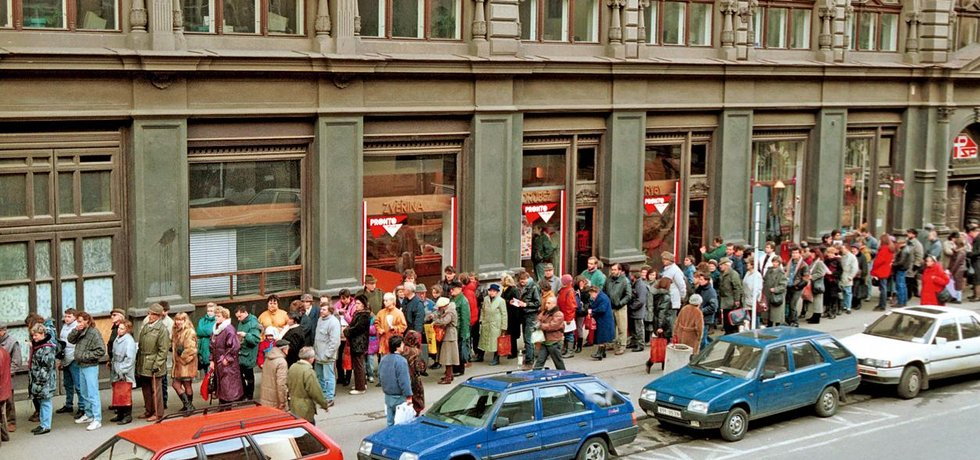 1992, 1994. Na počátku byl kupon. Kuponová privatizace, jejímiž autory byli ekonomové Prognostického ústavu Václav Klaus, Dušan Tříska a Tomáš Ježek, proběhla během dvou let ve dvou vlnách. Celkem byly do obou vln dány podniky o celkové účetní hodnotě 367,5 miliardy korun. Kvůli kuponové privatizaci vznikly stovky investičních fondů – obou kol se jich účastnilo přes 300. Lidé si mohli kupovat buď akcie podniků státem uvolněných k privatizaci, nebo fondů. Kuponová privatizace je dosud hodnocena různě. Mimo jiné i proto, že přivedla k životu kontroverzní figury typu Viktora Koženého a jeho Harvardských fondů či lidí kolem fondu Trend. Kuponovka se stala základem mnoha budoucích podnikatelských impérií příštích miliardářů jako třeba Petra Kellnera či na Slovensku Jozefa Tkáče.