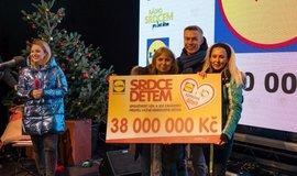 38 milionů korun předal generální ředitel Pavel Stratil na charitativním koncertě pro Život dětem