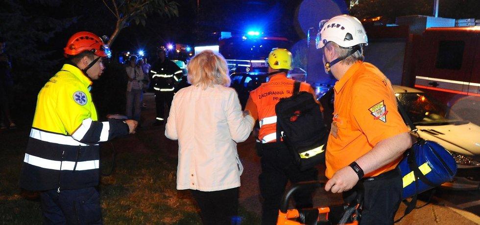Pět zraněných si vyžádal 5. července večer požár bytu v Praze na Chodově