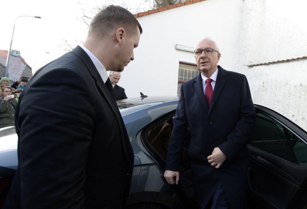 Jiří Drahoš přijel k volební místnosti v Praze-Lysolajích