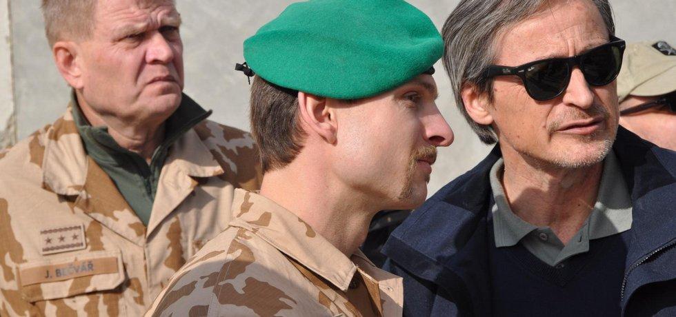 Ministr obrany Martin Stropnický (vpravo) navštívil v sobotu a neděli 13. a 14. prosince české vojáky na základně Bagrám v Afghánistánu