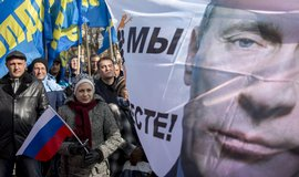 Průvod na Krymu, který slaví výročí připojení poloostrova k Ruské federaci