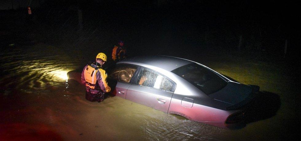 Živel provázely i lokální záplavy. Záběr je z portorického ostrova Fajardo