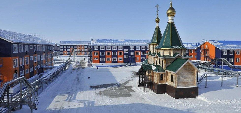 Ruský přístav Sabetta s ubikacemi pro dělníky a pravoslavným kostelem, ilustrační foto