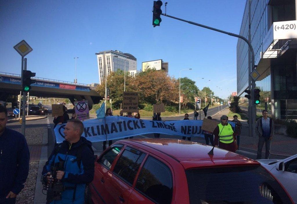 Blokáda dopravy v Praze v ulici Vyskočilova.