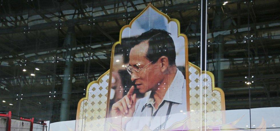 Instalace portrétu zesnulého thajského krále na letišti v Bangkoku.