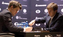 Magnus Carlsen (vlevo) a Sergej Karjakin během šachové partie o titul mistra světa