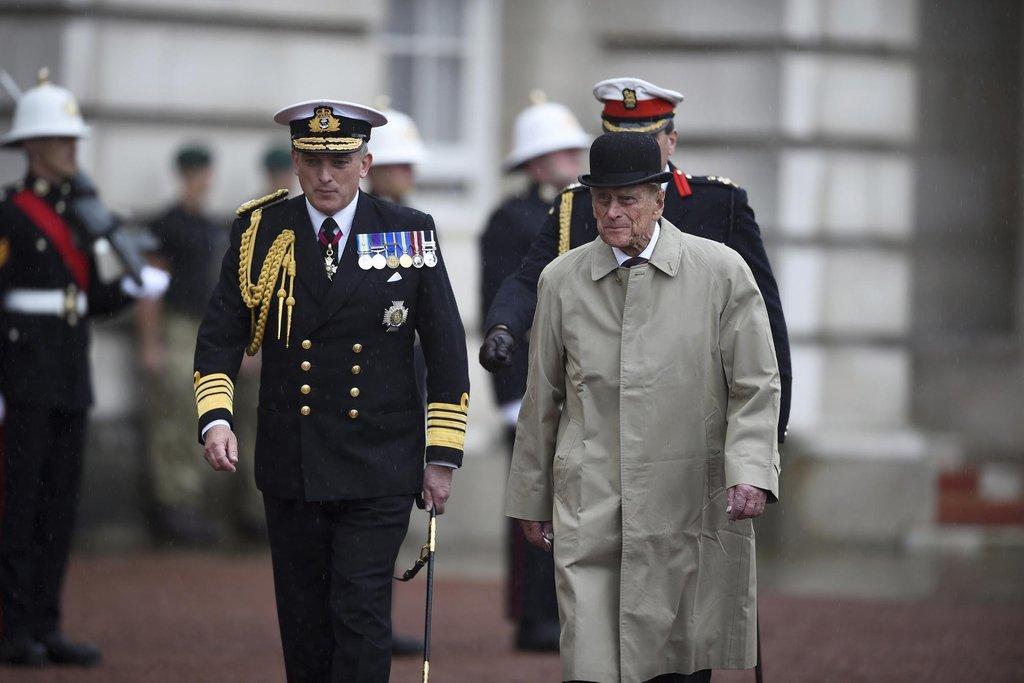 Místo uniformy si  vzal černou buřinku a světlý plášť