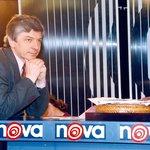 Železná supernova. Čtvrtý únorový den roku 1994 se čeští diváci jako první v postkomunistickém světě dočkali toho, co dosud znali jen z kapitalistického Západu – vysílání tuzemské celoplošné komerční televize financované téměř výhradně z reklamy. Oproti původním slibům ale televize Nova pod vedením jejího ředitele a poté spolumajitele Vladimíra Železného od začátku sázela na masovou a podle kritiků až podbízivou zábavu nevalné úrovně. Přesto, nebo spíše právě proto, začala již po pár týdnech vysílání ve sledovanosti válcovat do té doby jedinou celoplošnou stanici, veřejnoprávní Českou televizi. Rozjezd Novy stál 1,3 miliardy a investice se vrátila do čtyř let. Železný se ale v roce 1999 s původním investorem CME ve zlém rozešel. Po následné prohrané arbitráži kvůli neochráněné investici pak musel stát zaplatit CME (která televizi získala v roce 2004 zpět) deset miliard korun. Pro pořádek je třeba říci, že vůbec první vysílání komerční televize v Česku proběhlo 20. června 1993 pod hlavičkou FTV Premiéra, a to pouze pro oblast Prahy a jejího  okolí. Stanice se pak proměnila v Primu. Počet volně přístupných celoplošných TV stanic v Česku od roku 1994 díky nástupu zemského digitálního vysílání v letech 2005 až 2012 výrazně stoupl. Nyní jich jsou přes dvě desítky, i když  převážnou část trhu stále tvoří hlavní a tematické stanice tří hráčů – České televize, Novy a Primy.