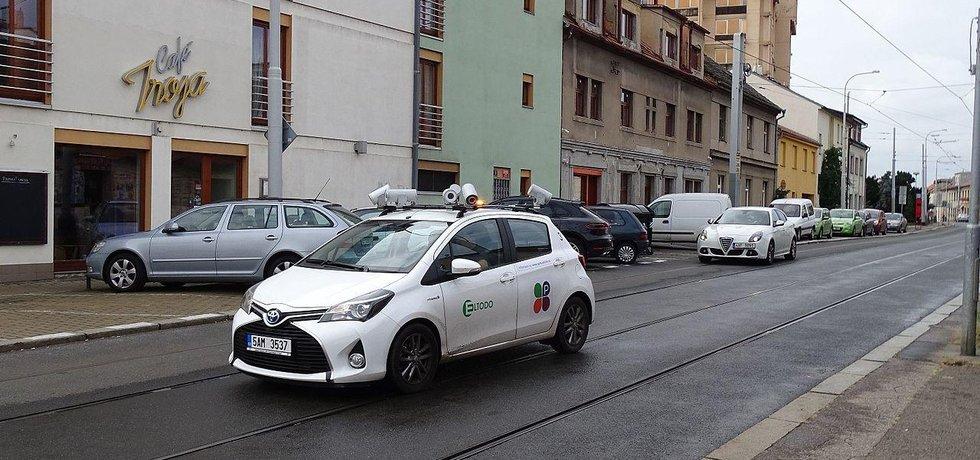 Monitorovací vozidlo Eltodo kontroluje zóny placeného stání.