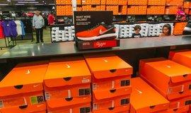 Katastrofa pro zákazníky i ekonomiku: výrobci tenisek zrazují Trumpa od zavádění cel