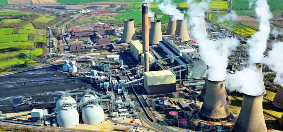 Spalte celý les. Polovina ze šesti bloků britské uhelné elektrárny Drax dnes spaluje dřevní biomasu. Ročně jí spotřebuje až 7,5 milionu tun, dovezených hlavně ze Severní Ameriky.