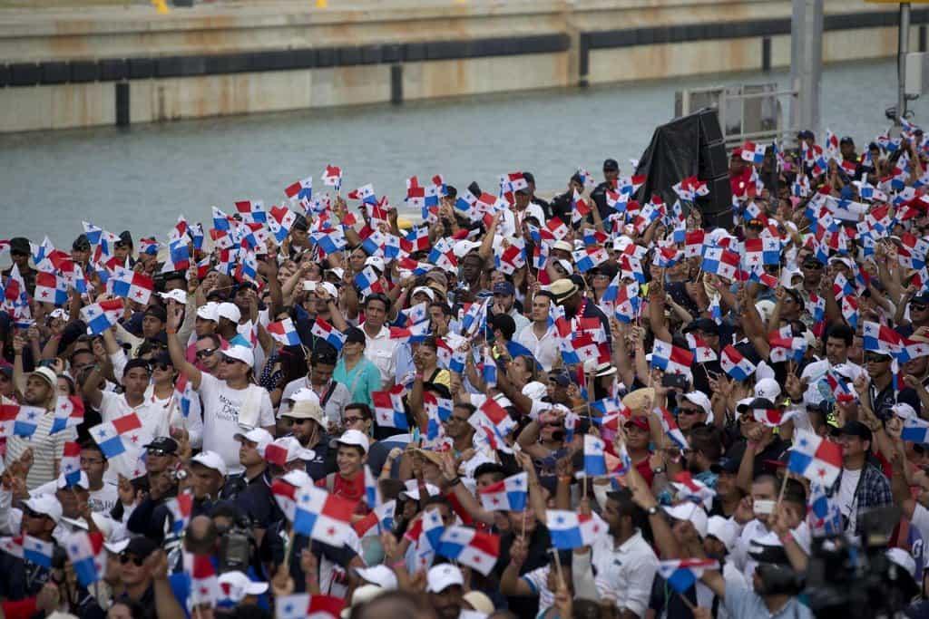 Lidé oslavují slavnostní otevření rozšířeného Panamského průplavu (Zdroj: ČTK)