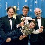 1997. Kolja a Oskar. Kolja je první polistopadový český film, který získal cenu americké filmové akademie – Oscara. Na mezinárodní úrovni tak vyvrcholila transformace kinematografie. Od státem řízeného uzavřeného systému se filmaři vydali cestou soukromých produkcí. Negativním důsledkem privatizace kinematografie byl razantní pokles počtu natočených filmů. V roce 1992 se kupříkladu natočilo jen osm snímků, přičemž počet dokončených produkcí za normalizace se šplhal ročně  ke čtyřem desítkám. S poklesem produkce ubylo i diváků. Zatímco v roce 1989 přišlo do kin téměř 51,5 milionu lidí, o deset let později to bylo už jen 8,4 milionu. Výrazný vliv na to měl i vznik komerčních televizí a rozmach trhu s  fyzickými nosiči (VHS, DVD, Blu-ray). I proto je český film dodnes silně závislý na spolufinancování ze státního rozpočtu či na koprodukci velkých televizí. Skutečně ziskových bývá jen pár filmů ročně. Kolja dodnes patří k těm nejúspěšnějším. Celkové tržby snímku jen z české a americké distribuce přesáhly 200 milionů korun.
