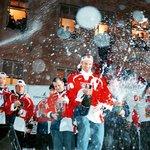 """1998. Zlato, co se třpytí. Tolik lidí v ulicích jako 22. února 1998 po výhře českých hokejistů nad Ruskem ve finále hokejového turnaje zimní olympiády v Naganu bylo do té doby jen při sametové revoluci. Den nato vítězové turnaje přezdívaného kvůli historicky první účasti profesionálů z NHL """"turnajem století"""" přiletěli do Prahy a rovnou z letiště dorazili na zcela zaplněné Staroměstské náměstí. Přímý přenos příletu a následného dění sledovalo tehdy v České televizi 4,66 milionu diváků, tedy více než polovina všech dospělých, a tento rekord u ČT zatím nebyl překonán. Na úspěch """"zlatých hochů z Nagana"""" v dalších letech navázali hokejisté ziskem dalších pěti titulů mistrů světa v letech 1999 až 2001, 2005 a 2010."""