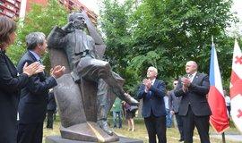 Socha stojí v parku Václava Havla