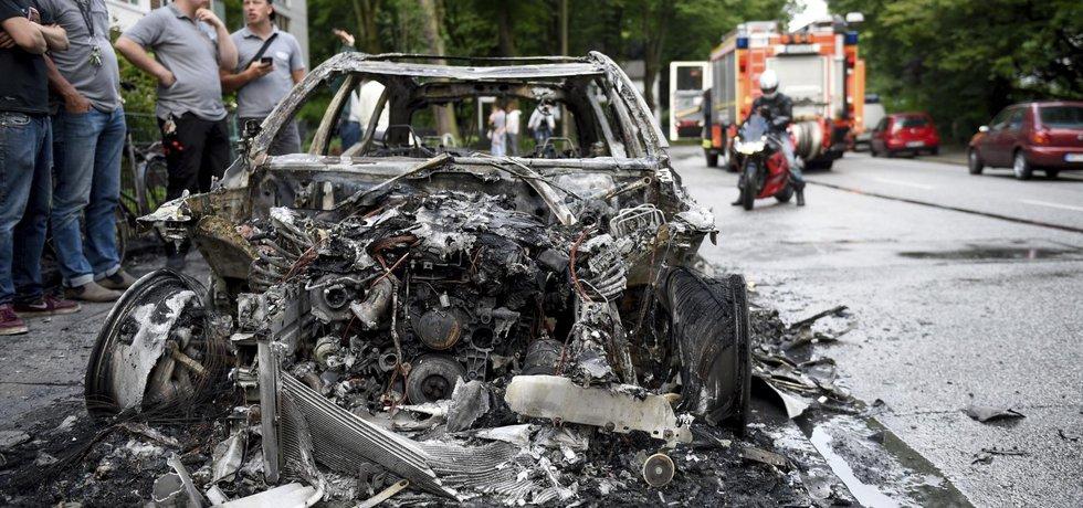 V ulicích hořela auta