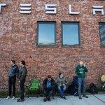 Představení Tesly Model 3 - lidé čekají na otevření showroomu, aby mohli složit zálohu