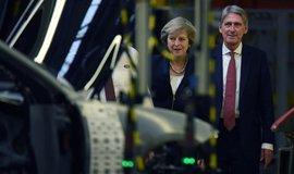 Britská premiérka Theresa Mayová si prohlíží výrobní linku na automobily Jaguar v Solihullu.