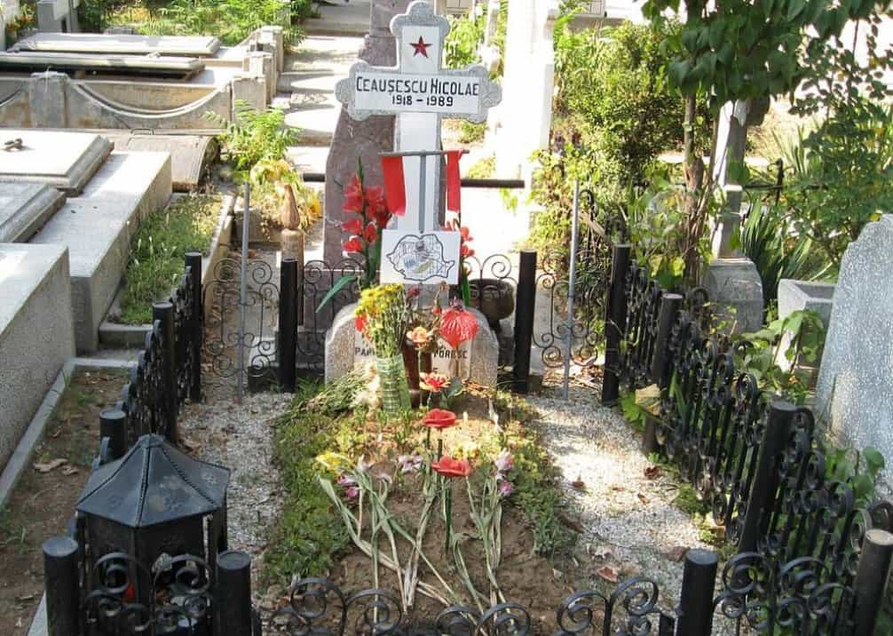 Hrob Ceaușesca na vojenském hřbitově v Bukurešti.