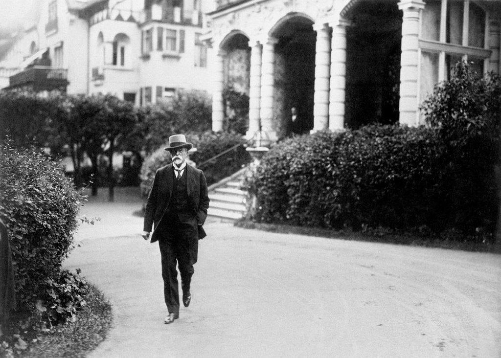 Snad bych sehnal milion. Prezident Masaryk bral ročně astronomických milion korun. Peníze mu nechyběly, nejspíš je ani nepočítal a hlavně je štědře rozdával.