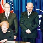 1999. Do paktu a do války. Smluvní strany se dohodly, že ozbrojený útok proti jedné nebo více z nich v Evropě nebo Severní Americe bude považován za útok proti všem, píše se v pátém článku Washingtonské smlouvy, jejímž signatářem se Česko spolu s Polskem a Maďarskem deset let po revoluci stalo. Ministryně zahraničí USA Madeleine Albrightová podepsala protokol o předání ratifikačních dokumentů při slavnostním přijetí těchto tří zemí do NATO 12. března. Česko se integrací do paktu definitivně vypořádalo s minulostí ve Varšavské smlouvě a zbavila se obavy z možného opakování událostí roku 1968. Členství v NATO s sebou však přineslo i nepříliš populární důsledky, především účast v politicky citlivých či vzdálených konfliktech jako rozpad Jugoslávie či válka v Afghánistánu. Bouřlivou diskuzí vyvolal i záměr USA vybudovat v Brdech radar. Česká republika má také problémy se splněním požadovaných výdajů na obranu. Společnost nikdy nebyla v názoru na členství v NATO jednotná. V době vstupu s ním souhlasila zhruba polovina lidí, dnes je to 70 procent.