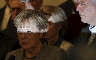 Angela Merkelová přichází na tiskovou konferenci po krachu nočního jednání o koalici CDU, FDP a Zelených.