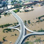 2002. Samá voda. Po katastrofálních povodních, které v roce 1997 zasáhly Moravu, přišla v roce 2002 velká voda do Čech. Rekordní masy vody tekly i Vltavou v Praze, které se podařilo uchránit před zatopením historické centrum. Během devíti dnů řádění živlu přišlo o život 17 lidí. Povodně postihly 753 obcí a způsobily škody odhadované na 73 miliard korun. Stát a obce začaly přemýšlet, jak v budoucnu podobným událostem čelit. Na základě čerstvých tragických zkušeností vláda novelizovala zákon o integrovaném záchranném systému. Z něj vyplynula mimo jiné povinnost zpracovat protipovodňové plány. Ochranná opatření od té doby spolkla miliardy korun ze státního i obecních rozpočtů stejně jako z evropských fondů.