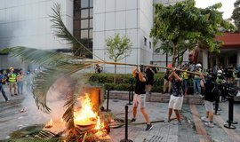 Vyhrocené demonstrace: v Hongkongu vzplály barikády